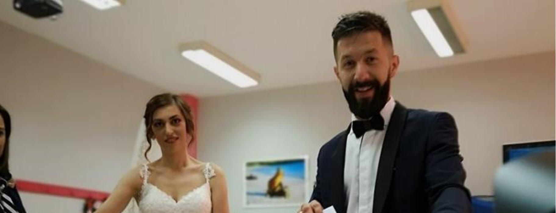 216a5214bd88 Παντρεύτηκαν και πήγαν να ψηφίσουν με το νυφικό και το γαμπριάτικο