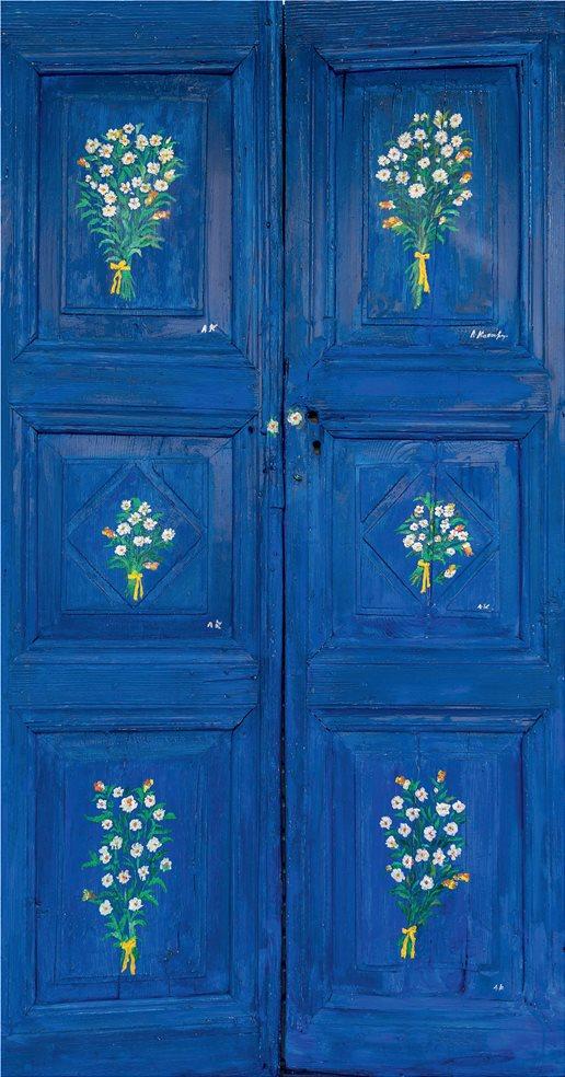 μπλε-πορτα-με-λουλουδια
